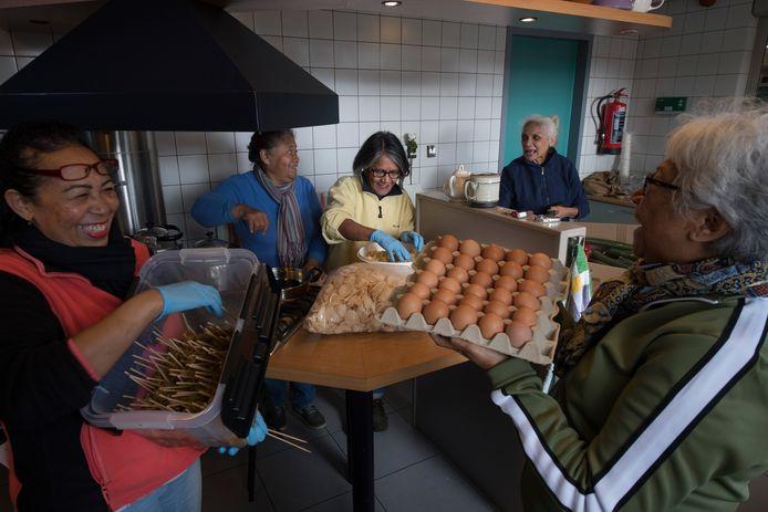 Koken in Molukse kerk in Opheusden voor slachtoffers aardbeving Molukken