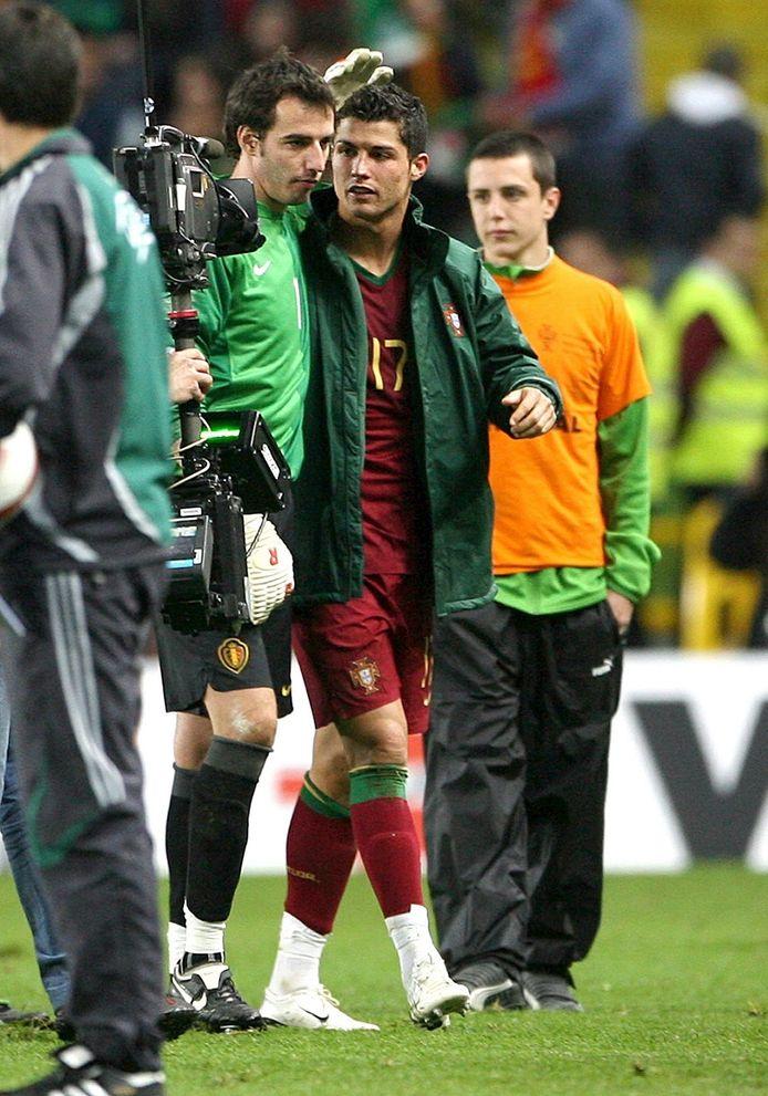 Na de wedstrijd (4-0 voor de Portugezen) maken Stijnen en Ronaldo een praatje.
