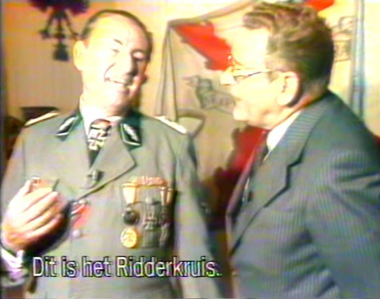 Maurice De Wilde in gesprek met Léon Degrelle, die in SS-uniform voor de camera verschijnt. Beeld youtube