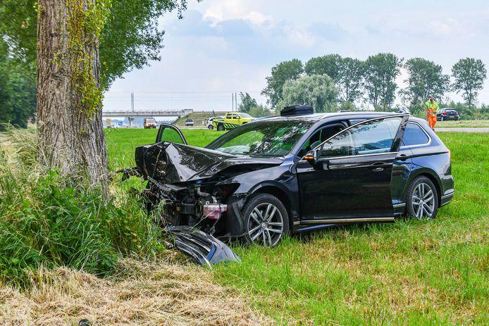 De auto in Dronten raakte flink beschadigd.
