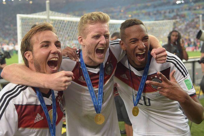 André Schürrle (midden) viert feest met Mario Götze (links) en Jérôme Boating (rechts) na het behalen van de wereldtitel in 2014.