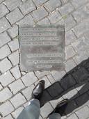 Plaquette aan de voet van het standbeeld van Anton van Duinkerken op de Grote Markt van Bergen op Zoom