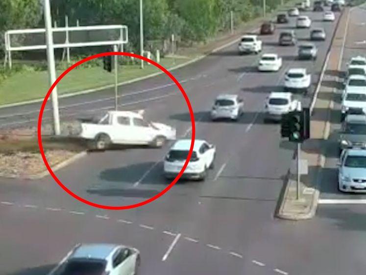 Op hol geslagen wagen kruist 9 rijvakken en raakt niets