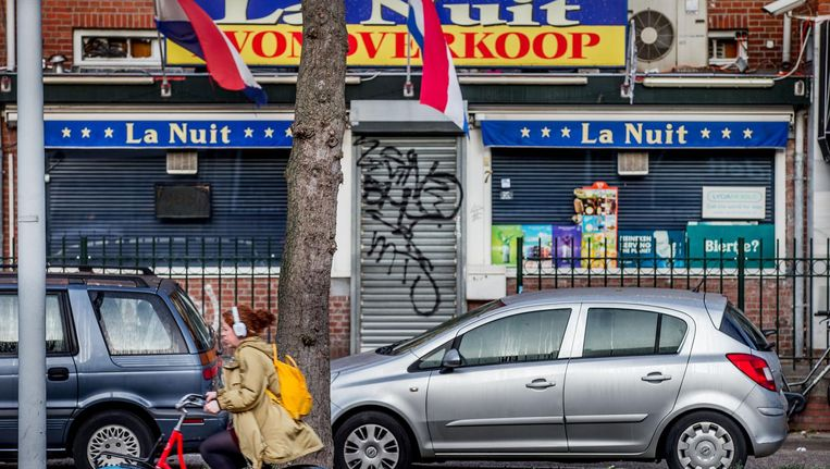 De burgemeester wilde graag praten met de eigenaar van de avondwinkel over de gewelddadige overval. Beeld Jean-Pierre Jans