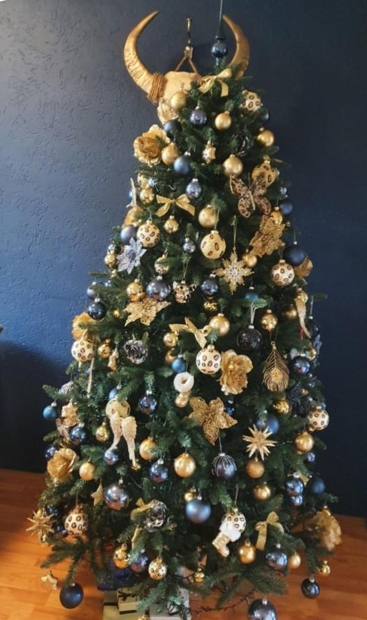 De mooi versierde boom van Simon en Wendy Sip.