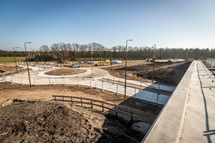 Foto 2: de Luikerweg wordt aangesloten op de nieuwe N69. Deze aansluiting wordt vanaf eind april gebruikt als tijdelijke omleidingsroute, om tijdens werkzaamheden en afsluitingen wegen met elkaar te verbinden.