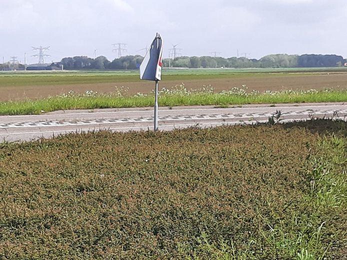 Een verkeersbord nabij de rotonde aan de Markweg in Standdaarbuiten dat volledig rond de verkeerpaal is gevouwen.
