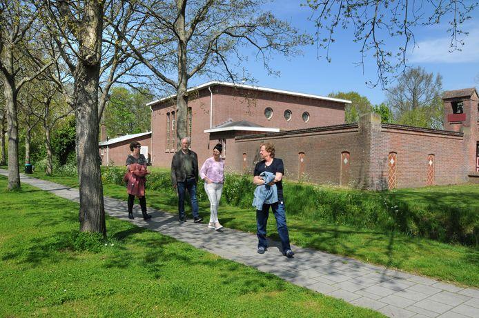 Karin en Jan Wormeester en Sandra Lindhout (midden) en Lia Kooiman (vooraan) zijn tegen de komst van Albert Heijn op de kop van Haamstede.