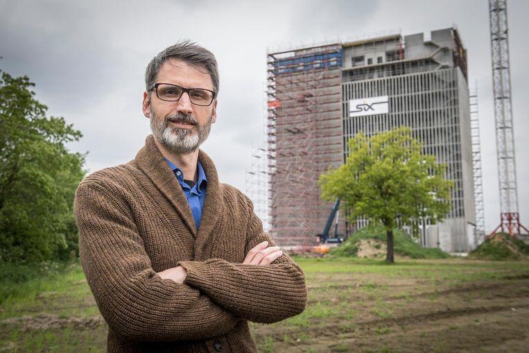 Frederik Vandenberghe bij de kantoortoren in aanbouw.