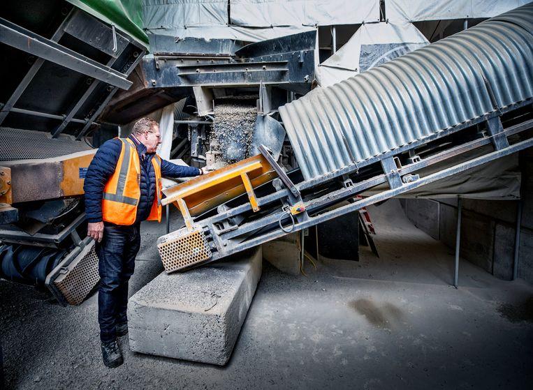 Jaap Schotanus laat de machine zien die het circulaire beton mogelijk maakt. Beeld Raymond Rutting / de Volkskrant