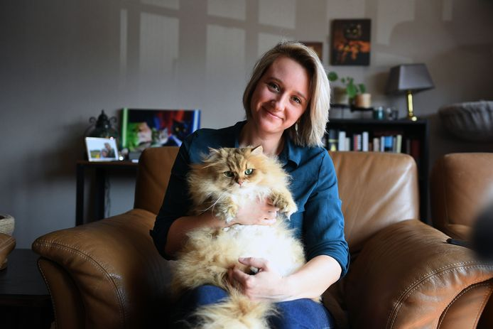 Kat De Laet met Polleke, één van haar drie katten die beroemd zijn geworden op Instagram.