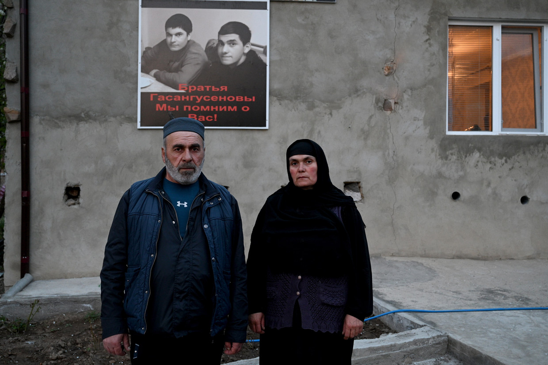 Moertazali Gasangoeseinov demonstreerde tegen het lot van zijn zoons bij het gerechtsgebouw van de provinciehoofdstad, vele betogers sloten zich aan. Beeld /Noor