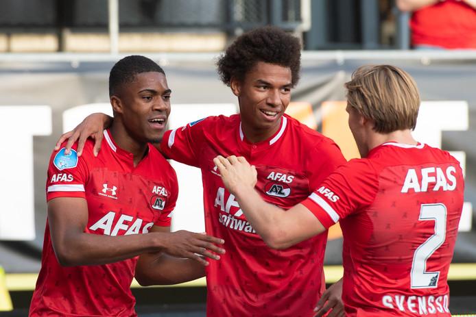 Myron Boadu (links) viert zijn treffer met Calvin Stengs en Jonas Svensson.
