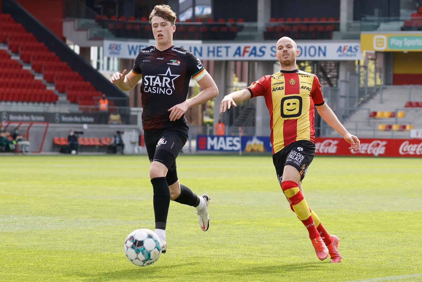 KVO-verdediger Jack Hendry (l.) houdt Geoffrey Hairemans van KV Mechelen af