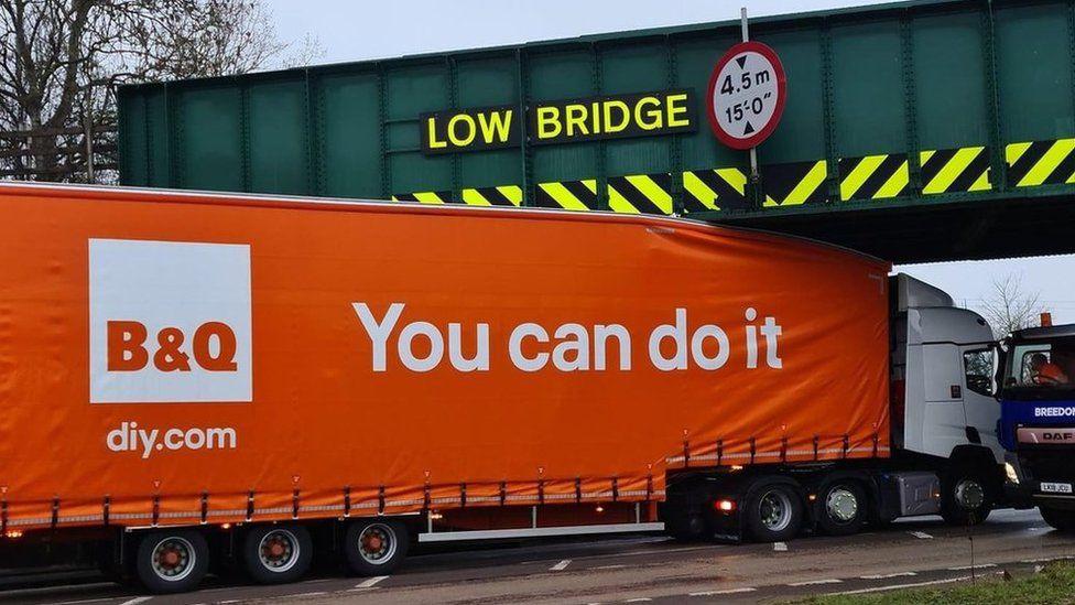"""""""You can do it"""", staat er op de truck te lezen. Maar helaas, hij kon het niet."""