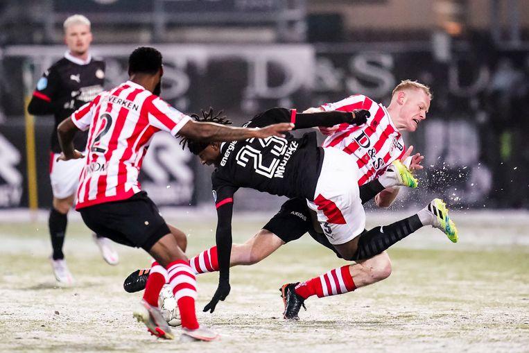 Tom Beugelsdijk haalt PSV-aanvaller Noni Madueke neer en krijgt geel. Beeld Kay int Veen
