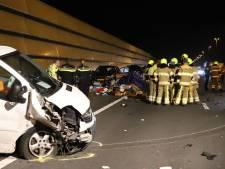 File op A2 bij Enspijk na ongeluk, lading van aanhangwagen ligt op de weg