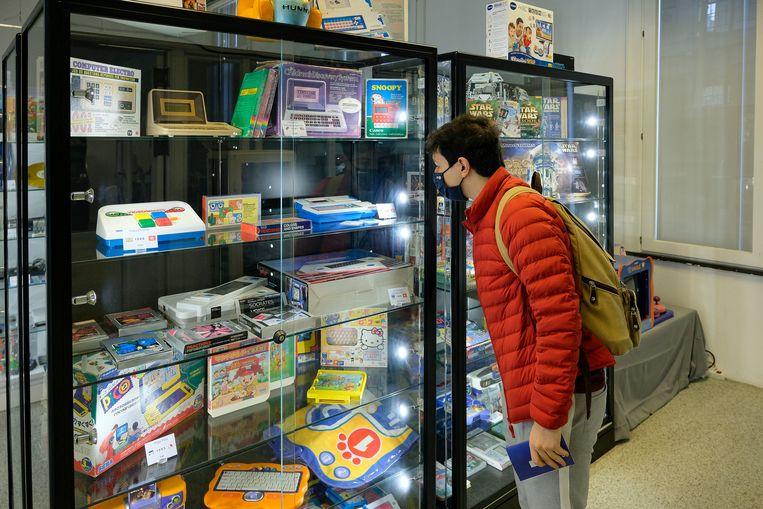 Een bezoeker bezichtigt de vele artefacten die uitgestald staan in het Pixel Museum.  Beeld Marc Baert