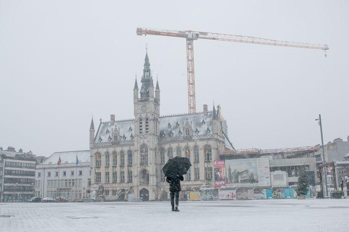 De grote markt, bedekt onder een dun laagje sneeuw.