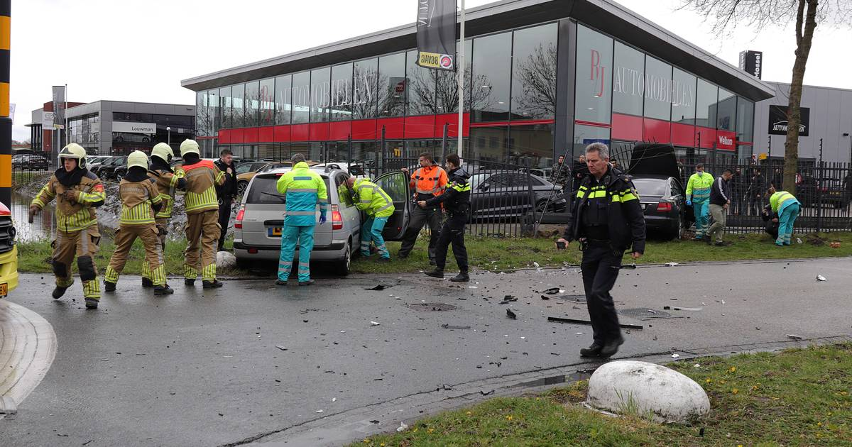 Ravage op de Havenweg in Waalwijk: meerdere autos met elkaar in botsing.