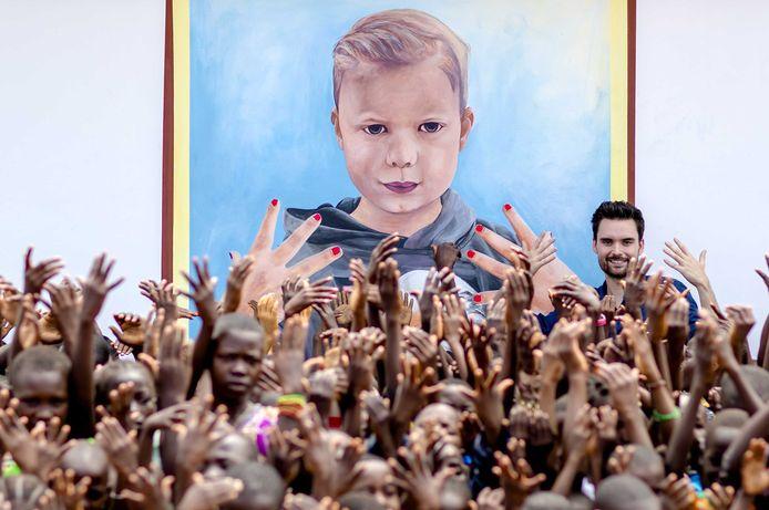 3FM dj Domien Verschuuren is bij de feestelijke heropening van de Langba kliniek, die voorzien is van een grote muurschildering ter nagedachtenis van Tijn Kolsteren.