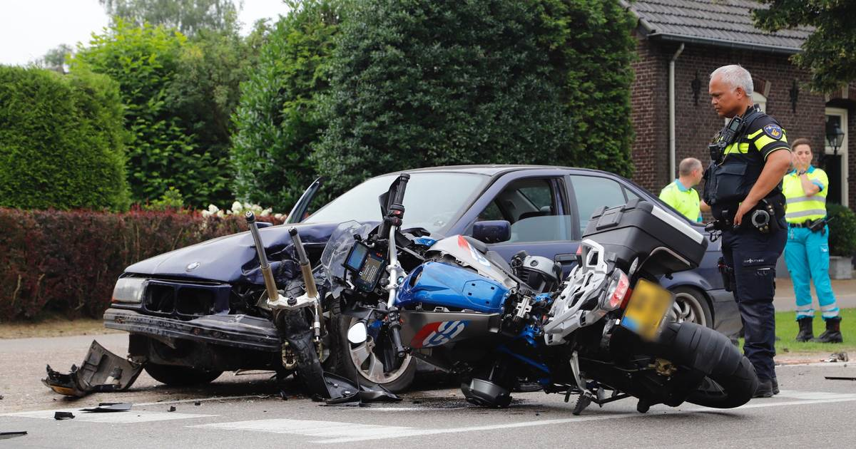 Inhaalactie gaat gruwelijk mis: motorrijder zwaargewond bij frontale botsing op auto.