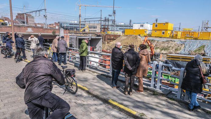 Donderdag, kort na de middag: de nieuwe fiets- en bustunnel is bijna helemaal op z'n plaats geschoven.