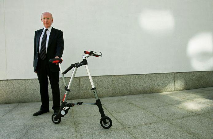 Sir Clive Sinclair poseert bij zijn A-bike in 2006.