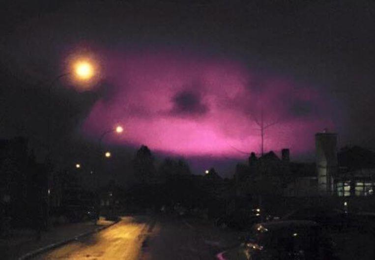 Door de roze 'wolk' lijkt deze straat onderdeel van een sciencefictionfilm.