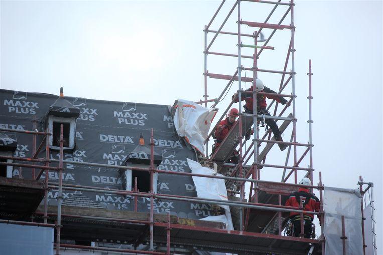 De brandweermannen van het hoogteteam braken een deel van de stelling aan het Historisch Stadhuis af.