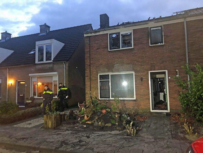Agenten en de brandweer waren tot vroeg in de ochtend bezig met nablussen en onderzoek in en rond de woning.