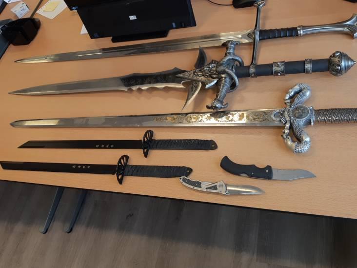Flinke hoeveelheid zwaarden en messen aangetroffen bij verwarde man in Veldhoven