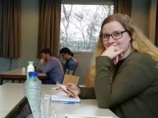 Kimberley protesteert in Zwolle tegen leenstelsel: 'Studieschuld is zo hoog, ik durf niet eens te kijken'