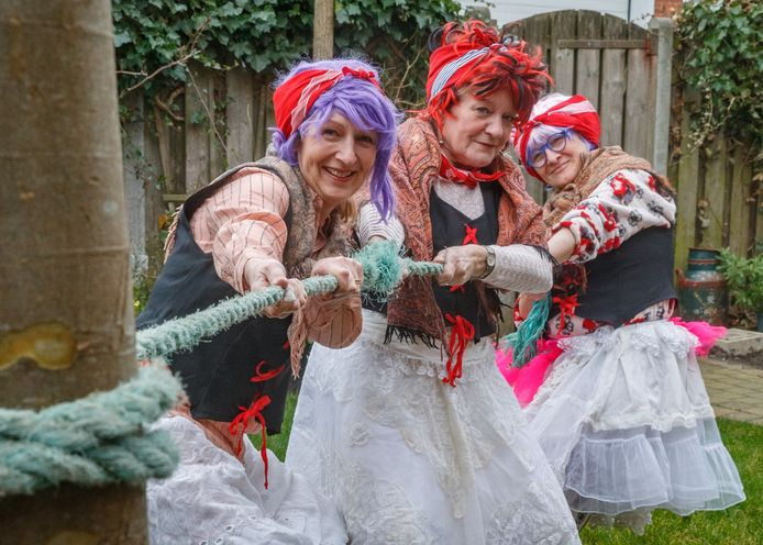 Bij de Stichting Vastenavend zijn anno 2020 nog altijd geen vrouwen welkom. Daar willen vriendinnen Judith Hopmans, Diny Gladdines en Elseline Withagen verandering in brengen, en de blijkbaar diep gewortelde tradities in het Krabbegat omver trekken.