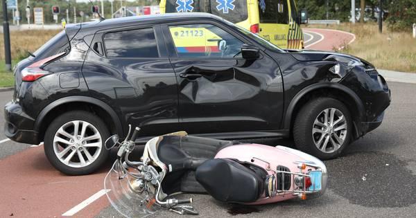 Vrouw op scooter aangereden door auto in Uden.