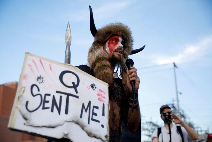 Jacob Chansley tijdens een betoging tegen de uitslag van de Amerikaanse presidentsverkiezingen op 5 november 2020.