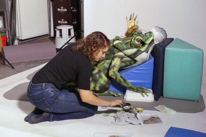 Ellen Devos tijdens de creatie van de kikker, die uiteindelijk door de UCI verboden werd.