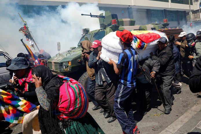 Demonstranten probeerden een doodskist op een legervoertuig te tillen.