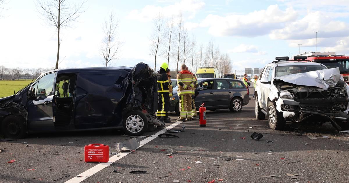 Ravage op A2 bij Enspijk: rijstroken dicht na ongeluk met gewonde.