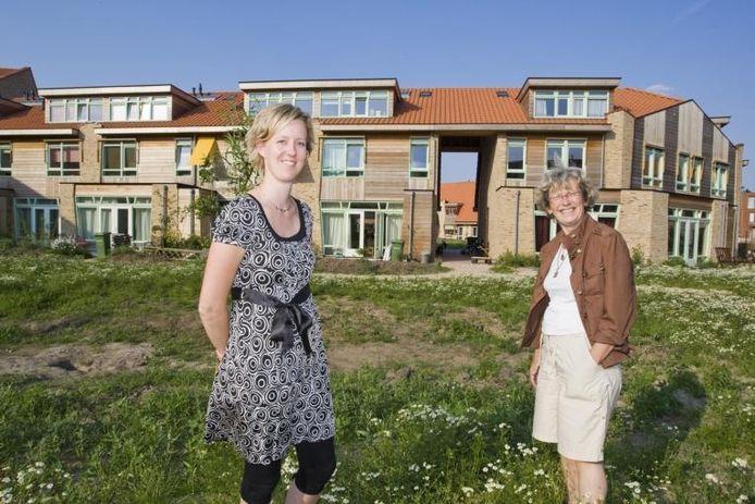 """Janke (links) en Lucia Plat waren als (toekomstige) bewoners nauw betrokken bij de planvorming voor De Meanderhof. """"Het project heeft een dorps karakter gekregen"""", meent Verheij.foto Frans Paalman"""