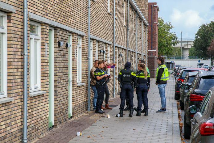 Een woning aan de Hogenbanweg in Schiedam is door twee jongens overvallen.