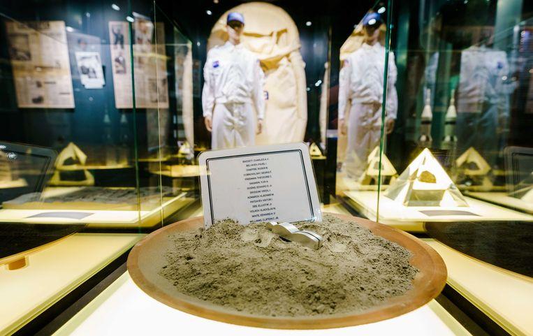 Replica van het beeldje 'Fallen Astronaut' van  Paul Van Hoeydonck.  Beeld ANP