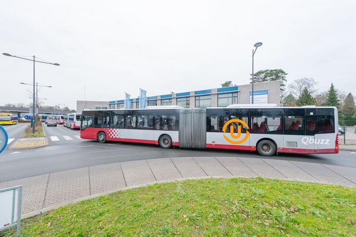 Bussen van lijn 77 blokkeren de rotonde bij station Bilthoven.