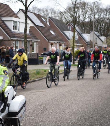 Indrukwekkende colonne als afscheid langs woning zieke ex-agent Dick Roelofs uit Almelo