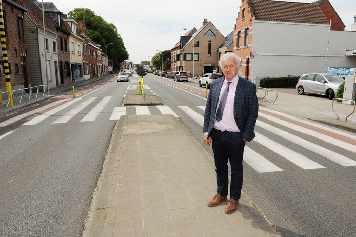 Directeur Mark Slosse aan het gevleugeld zebrapad voor zijn schoolpoort langs de Gistelsesteenweg in Sint-Andries