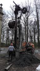 Voor de warmtepomp werden boringen gedaan tot wel 115 meter diep.