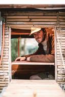 Stef in zijn zelfgebouwd bamboehuisje.