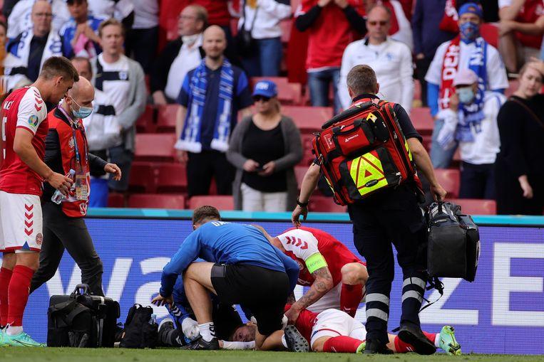 Kort nadat Eriksens teamgenoten om hulp hebben gevraagd, verschijnen eerst de Deense teamarts en daarna ook de verpleegkundige met defibrillator ter plaatse. Beeld AP