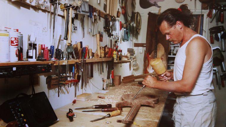 Gitaarbouwer Wim Heins. aan het werk. Foto rechts: de jonge Heins. Beeld RV
