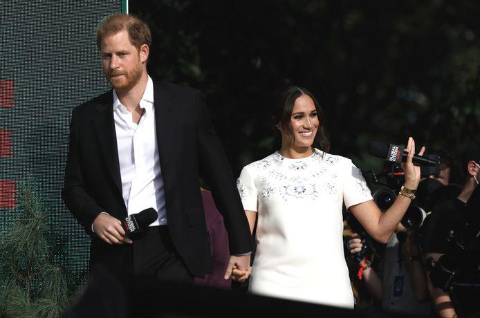 Hoewel prins Harry (37) en zijn vrouw Meghan (40) niet aanwezig waren bij de uitreiking van de Primetime Emmy Awards, was het koppel dankzij Cedric The Entertainer toch een beetje bij de awardshow.